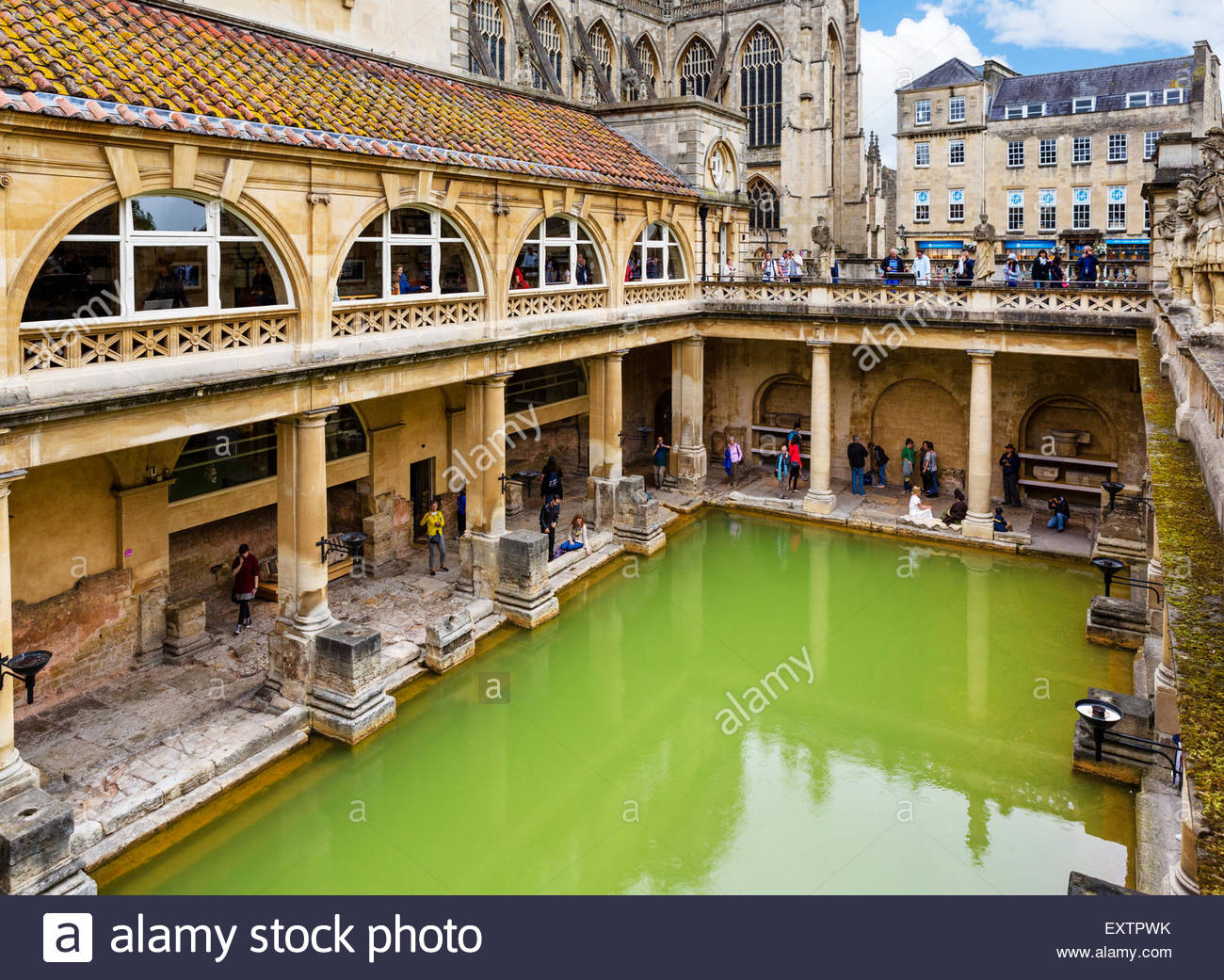 the-great-bath-at-the-roman-baths-in-bath-somerset-england-uk-EXTPWK