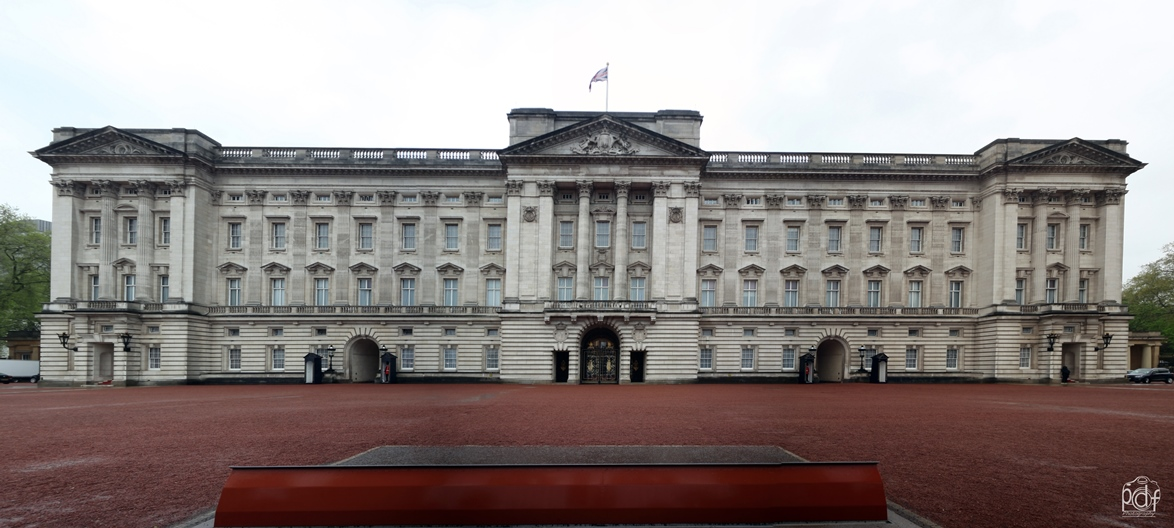 Buckingham_Palace_Panorama5_red2